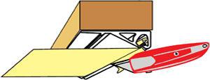 Отрежьте свободные края полотна острым ножом по нижней кромке декоративной планки