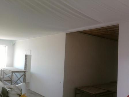 Процесс натягивания потолка
